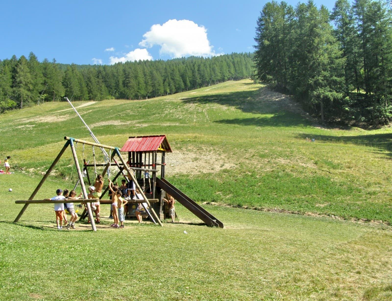 מתקן משחקים כפרי. אטרקציה לילדים